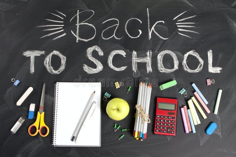 ` De volta a ` da escola escrito à mão com fontes de escola em um fundo preto Vista superior fotos de stock royalty free
