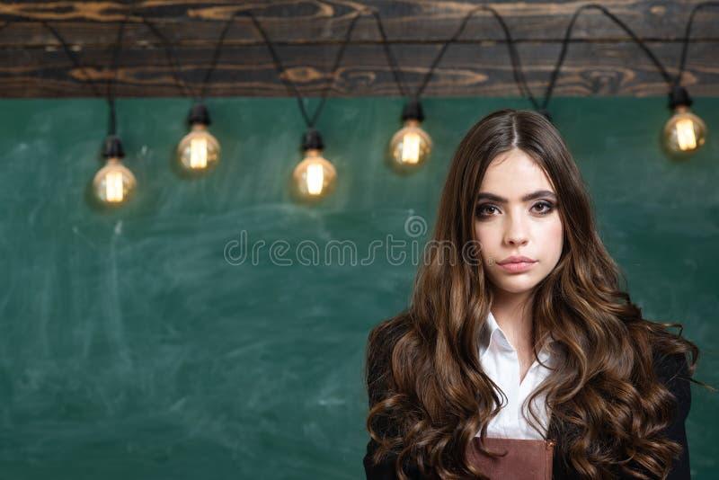 De volta ? educa??o do escola e a home Retrato do adolescente da menina na escola Fêmea bonita que guarda seus livros no auditóri foto de stock royalty free