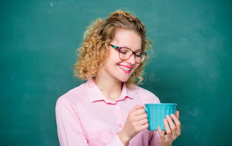 De volta ? escola Caf? dedicado Sorvo que recarrega o corpo e a mente Dose da cafeína Os monóculos do professor bebem o café fotografia de stock