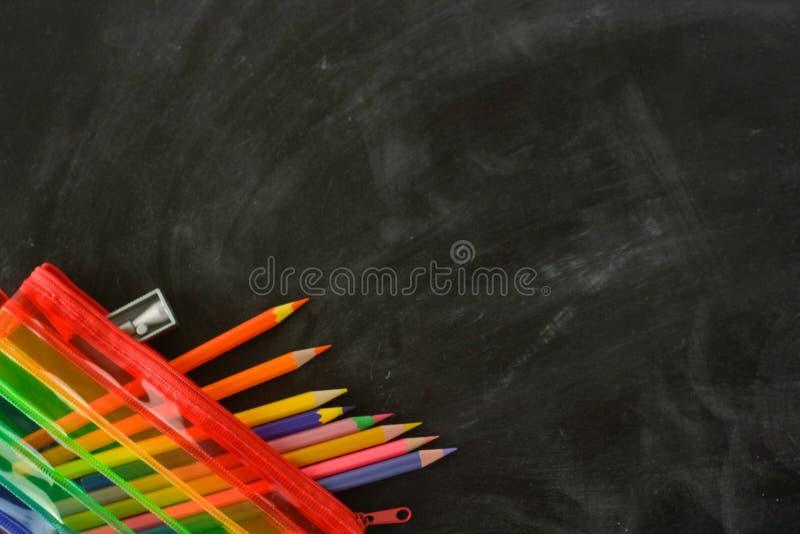 De volta ? escola Caixa de lápis do arco-íris com fontes de escola para o estudante Fundo preto Copie o espa?o foto de stock