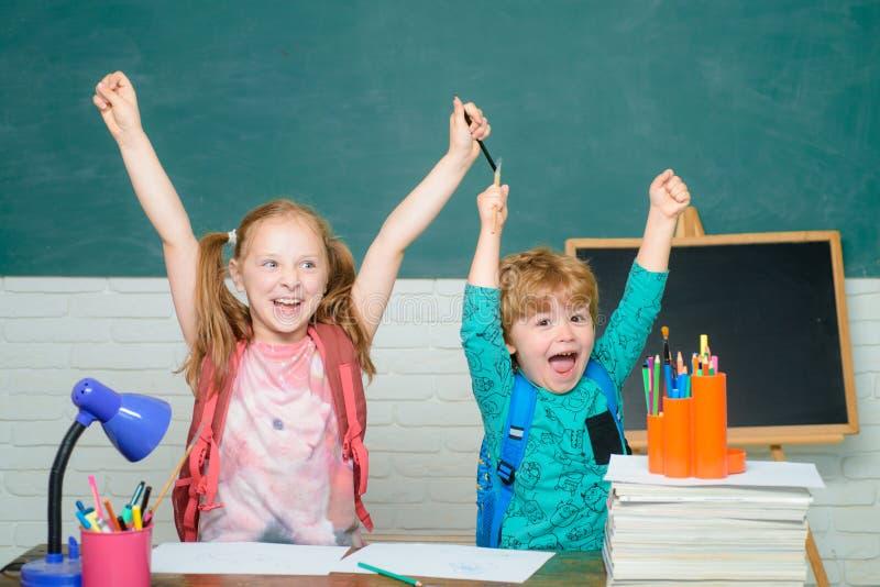 De volta ? escola Crian?a da escola prim?ria com livro e saco As crian?as preparam-se para a escola Criança amigável na sala de a imagens de stock