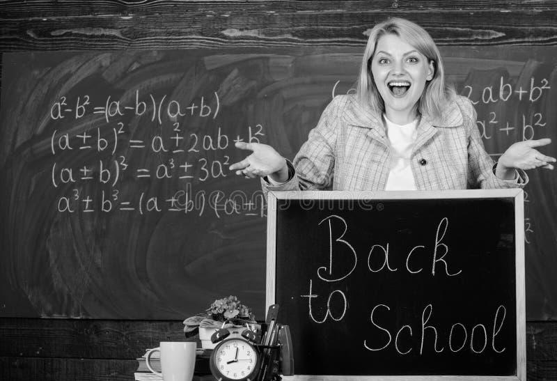 De volta ? escola Dia dos professores Estudo e educa??o Escola moderna Dia do conhecimento Mulher na sala de aula escola HOME fotos de stock royalty free