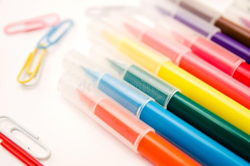 De volta ? escola Os marcadores estacionários coloridos das fontes de escola para tirar no fundo, no espaço ou no texto branco li fotos de stock royalty free