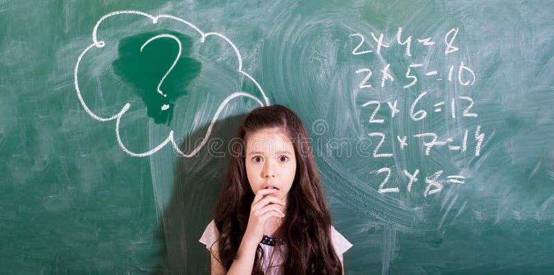 De volta ? escola schoolgirl Conceito da escola Menina de sorriso, escrevendo o texto no quadro-negro Pouco primeiros graduadores imagem de stock royalty free
