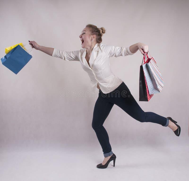 De volwassen de laag van het vrouwenjasje het winkelen manier van de zakstudio royalty-vrije stock fotografie