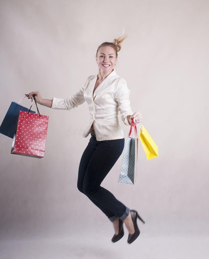 De volwassen de laag van het vrouwenjasje het winkelen springende manier van de zakstudio stock foto's