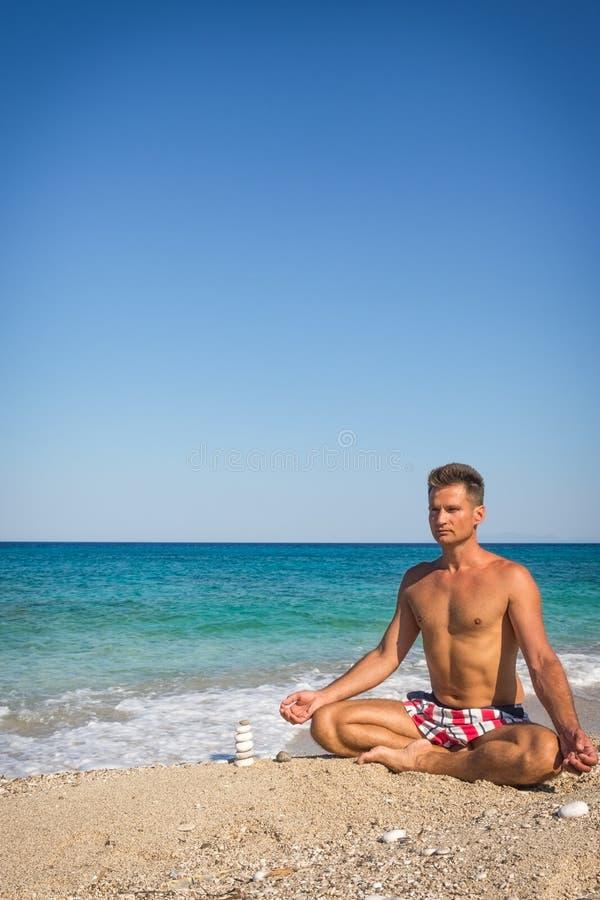 De volwassen mens ontspant op het strand in Griekenland stock afbeeldingen
