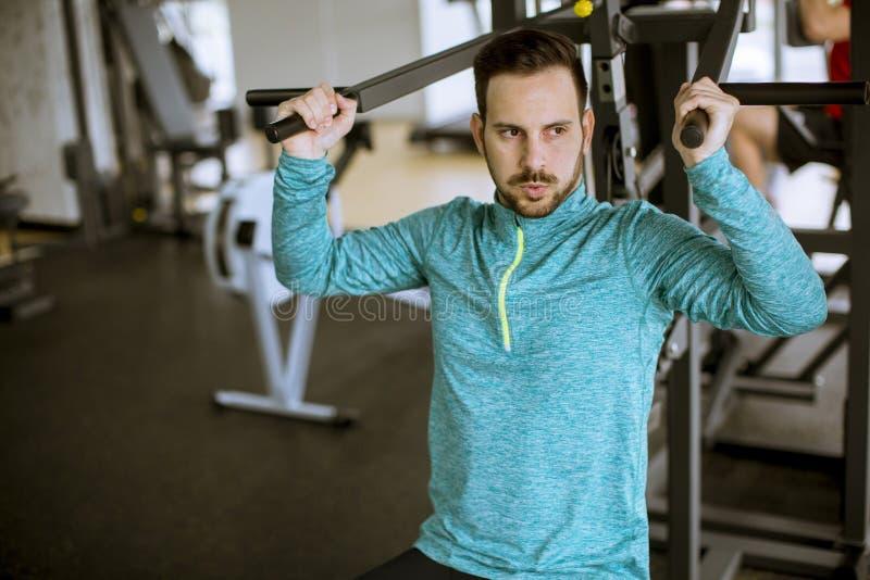 De volwassen mens werkt in opleidingsgymnastiek uit stock foto's