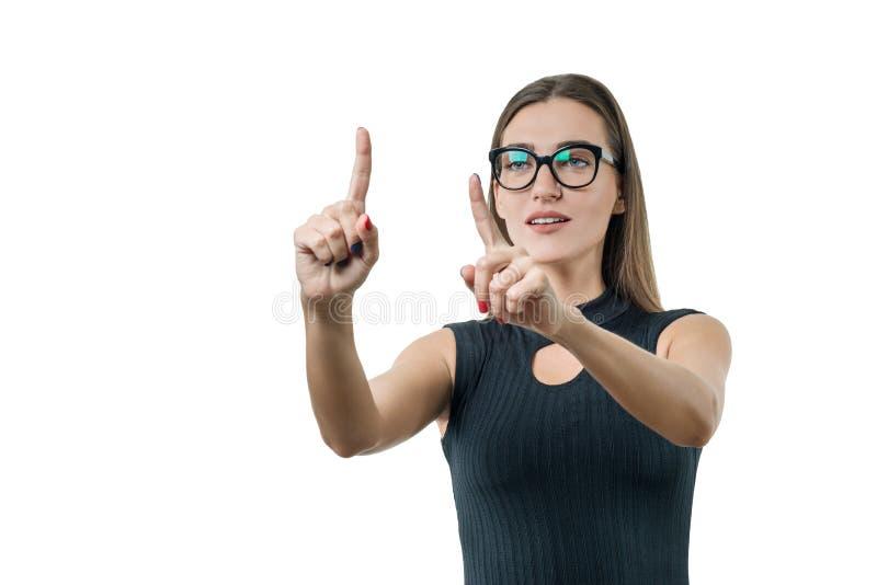De volwassen onderneemster met glazen gebruikt het virtueel scherm Zaken, financiën, economie en technologie, op witte achtergron stock fotografie