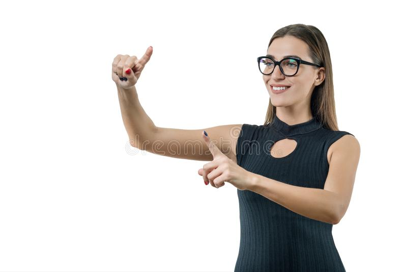 De volwassen onderneemster met glazen gebruikt het virtueel scherm Zaken, financiën, economie en technologie, op witte achtergron royalty-vrije stock afbeeldingen