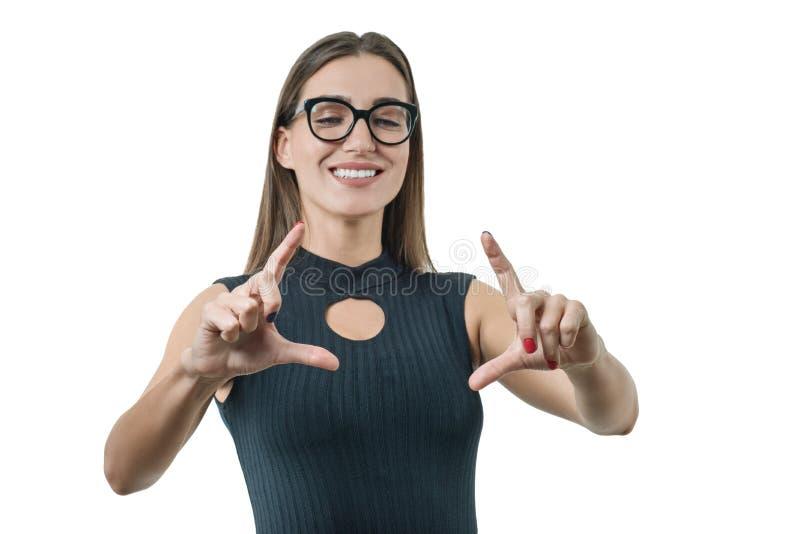 De volwassen onderneemster met glazen gebruikt het virtueel scherm Zaken, financiën, economie en technologie, op witte achtergron royalty-vrije stock fotografie