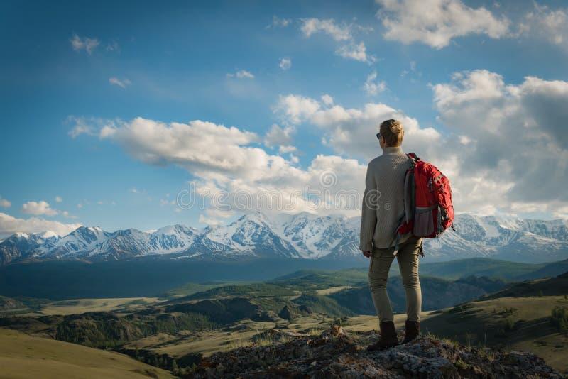 De volwassen tribunes van de vrouwenwandelaar op de bovenkant geniet berg van meningen stock afbeelding