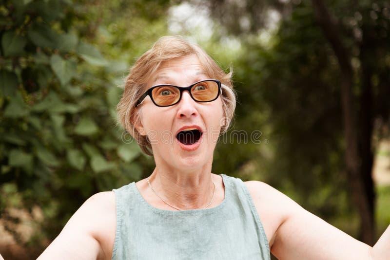 De volwassen vrouw heeft het blonde een mond geopend royalty-vrije stock foto