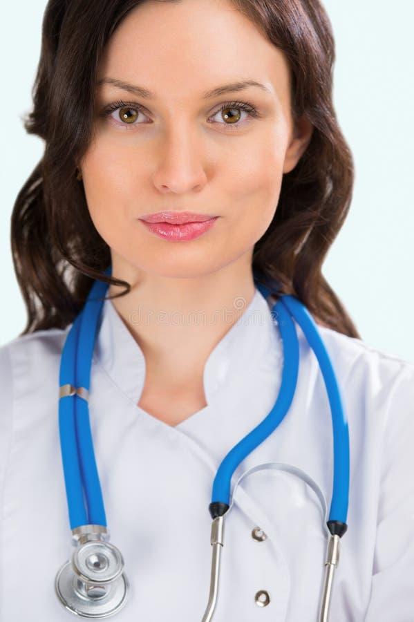 De volwassen vrouwelijke arts met soort bekijkt het ziekenhuis royalty-vrije stock foto