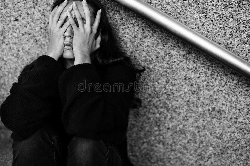 De volwassen Vrouwenzitting kijkt Ongerust gemaakt op de Trap stock afbeelding