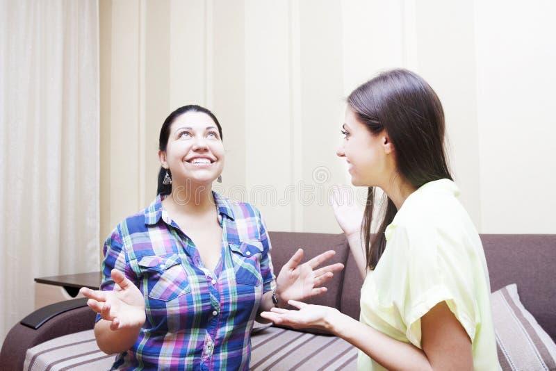 De volwassen zusters communiceren stock afbeeldingen