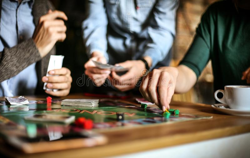 De volwassenen houden ook spel van spelen Sluit omhoog stock fotografie