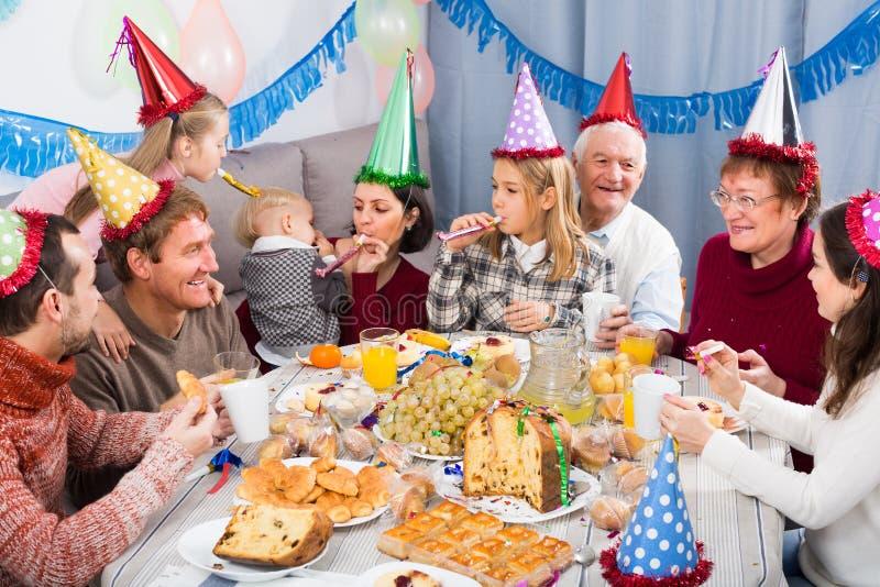 De volwassenen met kinderen zijn gelukkig om children's birthda te vieren royalty-vrije stock afbeeldingen