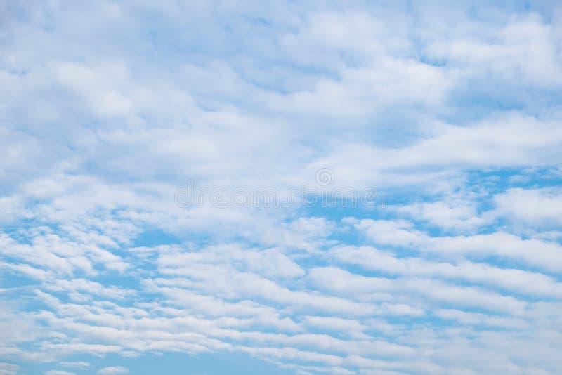 De voor van de wolkengolf gestreept in hemel royalty-vrije stock fotografie