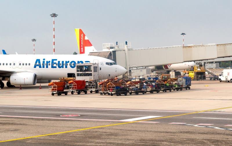 De voorbereiding van AirEuropavliegtuigen voor vertrek in de Internationale Luchthaven Milaan-Malpensa stock foto's
