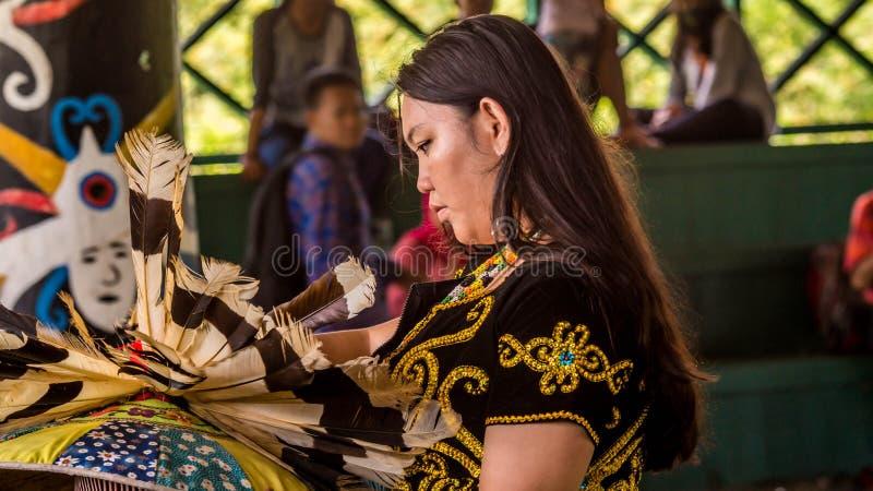 De voorbereiding van de Dayakdanser vóór presteert stock foto