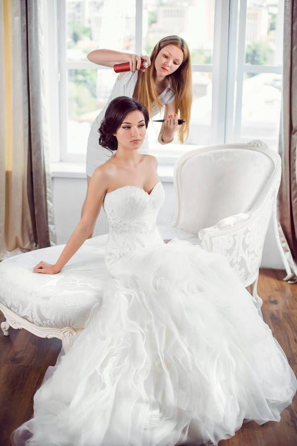 De voorbereiding van het bruid` s kapsel stock foto's