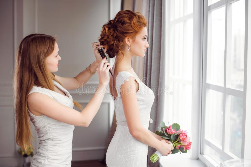 De voorbereiding van het bruid` s kapsel royalty-vrije stock afbeeldingen