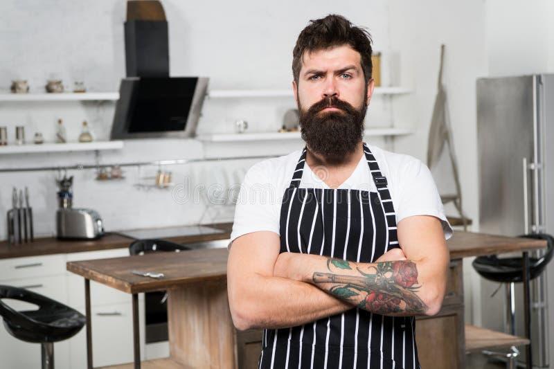 De voorbereiding van het voedsel mannetje met baard het koken Culinaire zaken Smakelijke keuken ernstige en zekere chef-kok in re royalty-vrije stock afbeeldingen