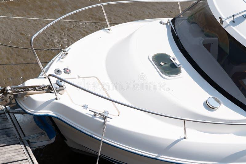 De voorboot van het detail witte jacht wordt geparkeerd op pijlerhaven royalty-vrije stock foto's