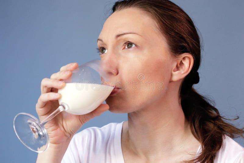 De voordelen van de de allergiegezondheid van de consumptiemelkvrouw stock afbeeldingen