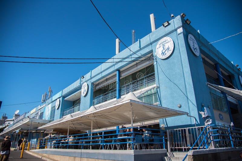 De voorgevel bouw van Sydney Fish Market is, neemt de Vissenmarkt een werkende vissershaven, in het groot, verse zeevruchtenklein stock afbeelding