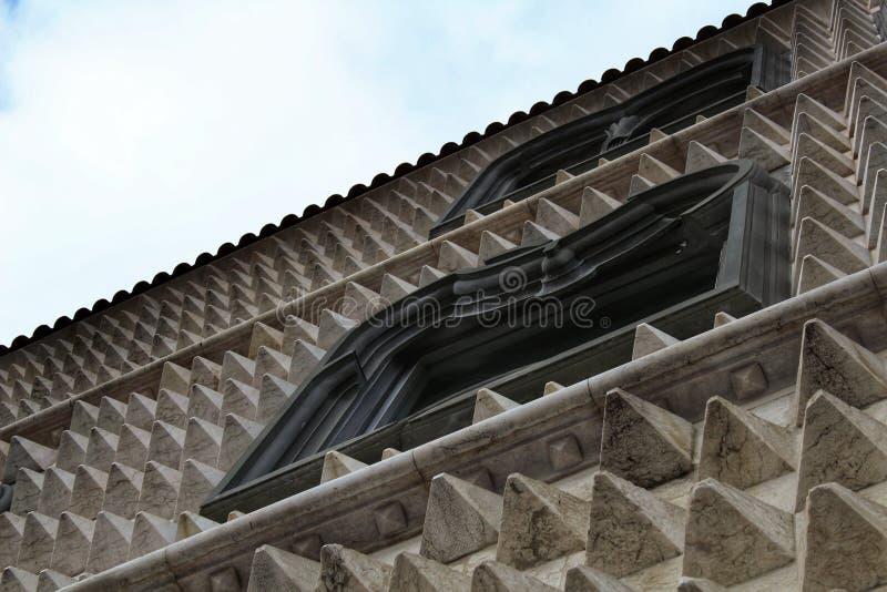 De voorgevel van Casados Bicos in Lissabon stock afbeeldingen