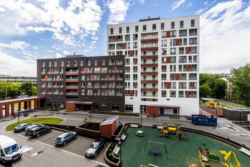 De voorgevel van een modern high-rise flatgebouw met meerdere verdiepingen in Moskou met balkons stock fotografie