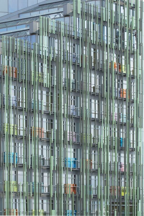 De voorgevel van een modern high-tech flatgebouw Blauwe metaalstructuren in het ontwerp van moderne gebouwen Achtergrond stock fotografie
