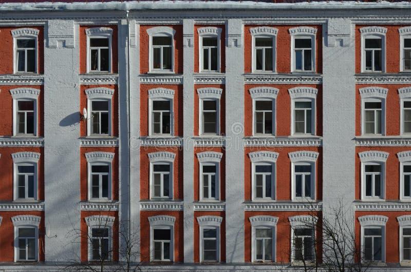 De voorgevel van een oude woningbouw royalty-vrije stock fotografie