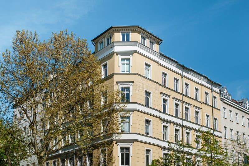 De voorgevel van het hoekhuis, onroerende goederen flatgebouwbuitenkant - royalty-vrije stock afbeeldingen