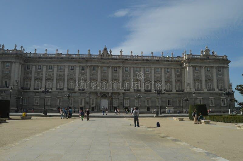 De Voorgevel van het oosten en Wapensvierkant van Royal Palace in de de Veertiende Eeuw Barokke Stijl wordt gedateerd in Madrid d royalty-vrije stock afbeelding