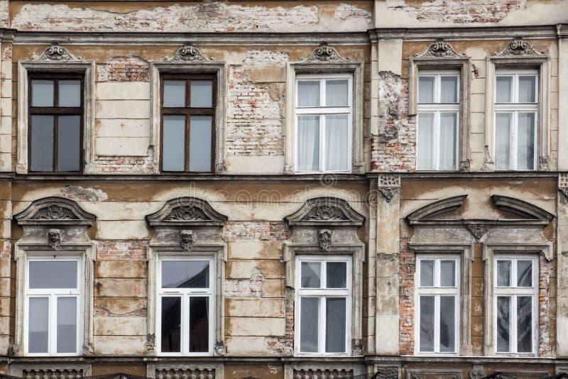 De voorgevel van het oude sjofele baksteenhuis met Vensters royalty-vrije stock afbeeldingen