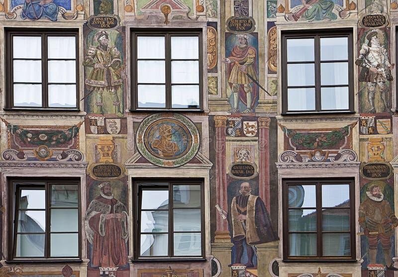 De voorgevel van het renaissancehuis in gedwongen perspectief met Fr wordt verfraaid dat royalty-vrije stock fotografie