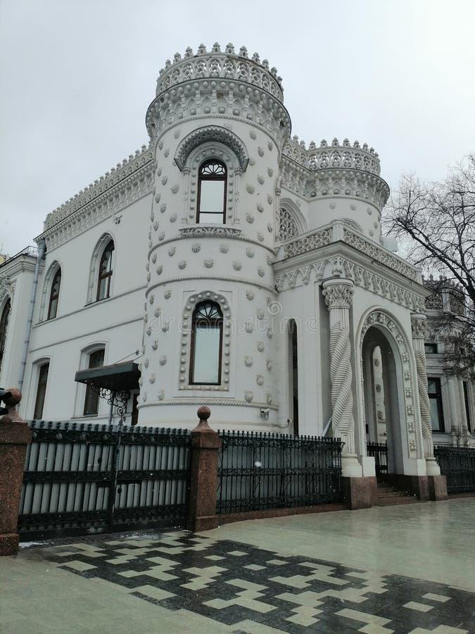 De voorgevel van het witte gebouw royalty-vrije stock foto