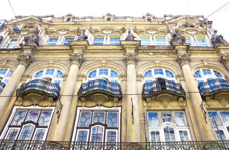 De voorgevel van huis van oude architectuur in Italië, Europa, Milaan stock foto