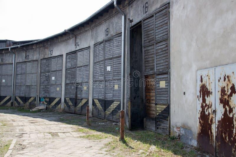 De voorgevel van de verlaten hangaars stock foto's