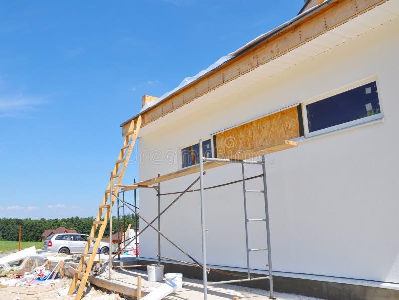 De voorgevelbouw, installeert venster en dakwerk De bouw van het huis royalty-vrije stock fotografie