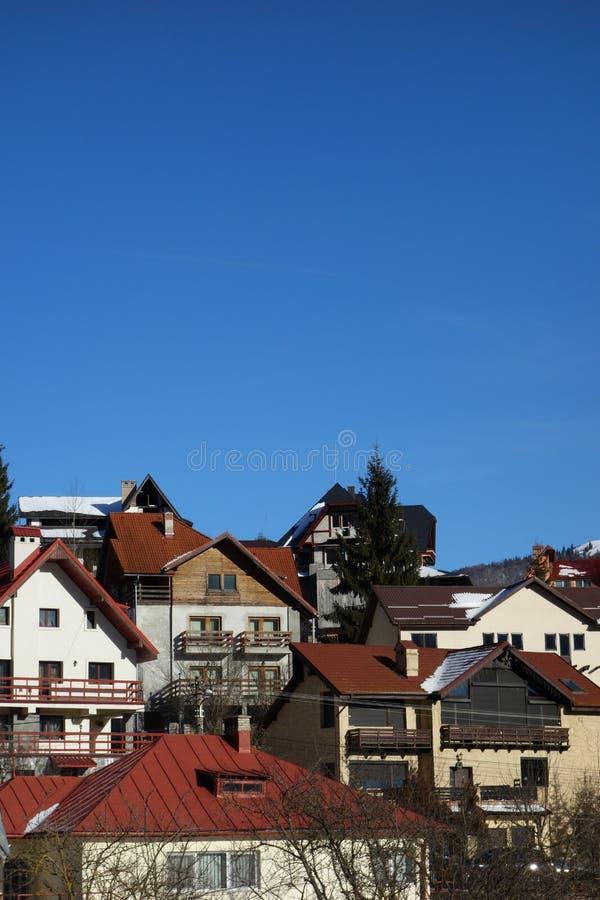 De voorgevels van bergpensioenen in Busteni-bergtoevlucht in Roemenië stock foto
