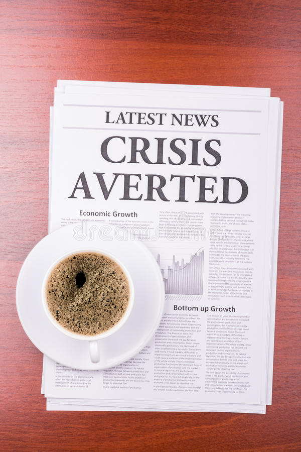 De VOORKOMEN krantenCRISIS en koffie stock foto's