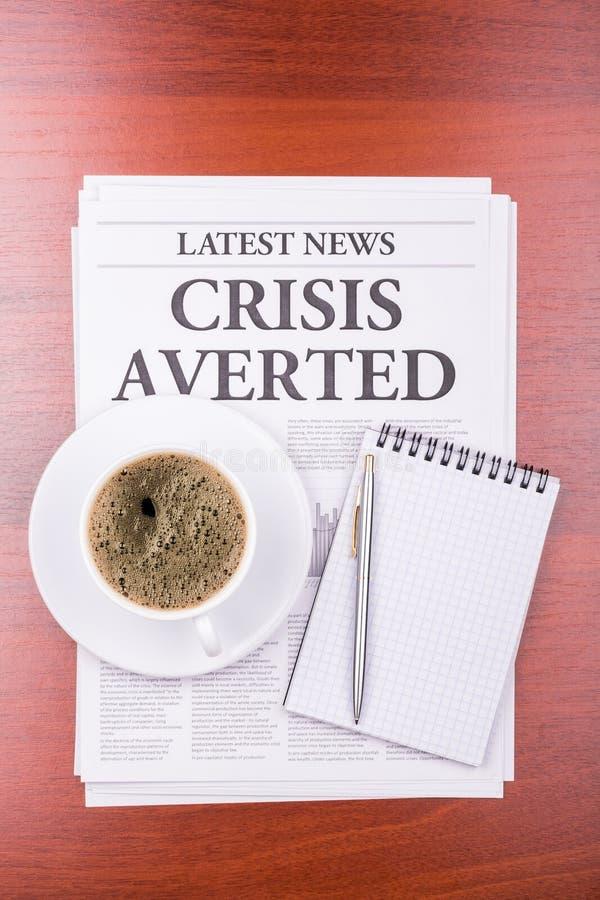 De VOORKOMEN krantenCRISIS en koffie royalty-vrije stock fotografie