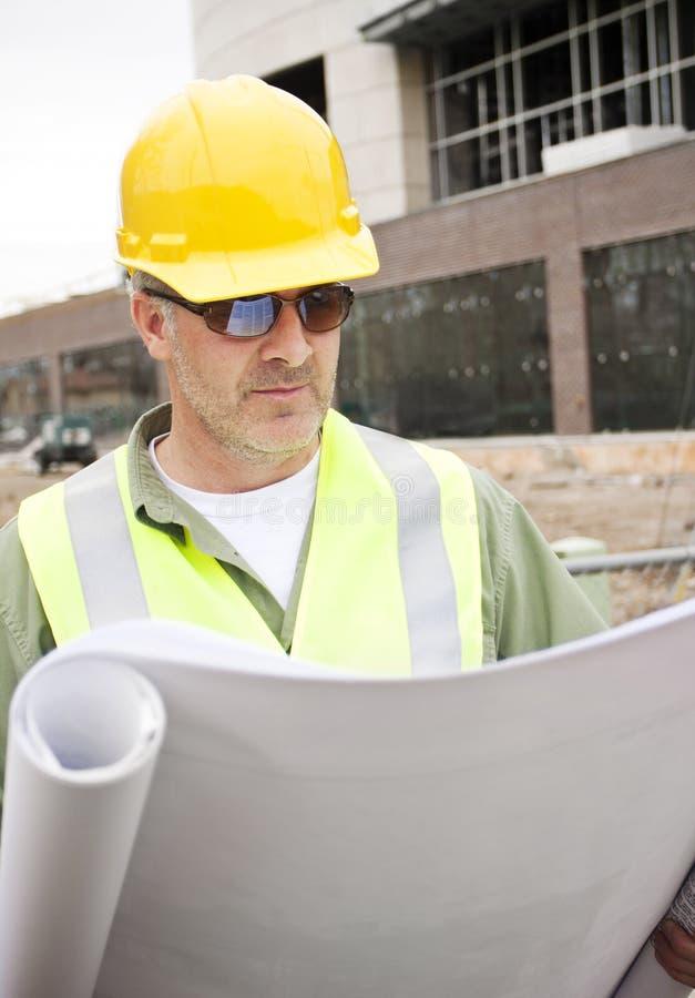 De Voorman die van de bouw Blauwdrukken bekijkt royalty-vrije stock foto