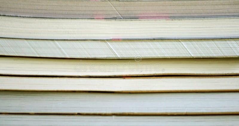 De voorpartij van het gestapelde boek, sluit omhoog mening van geweven document achtergrond stock afbeeldingen