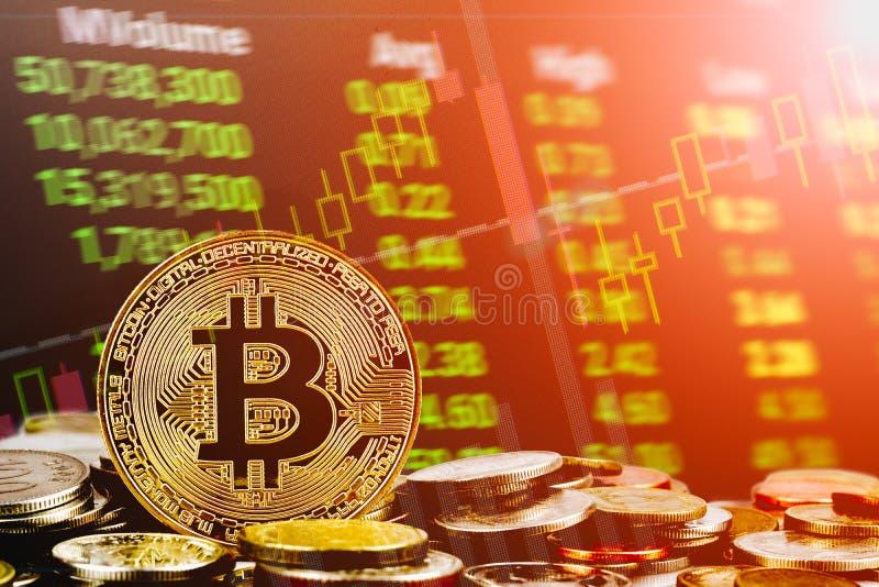 De voorraad van Bitcoincryptocurrency handel achtergrondconcept Gouden bitcoin over vele internationale geldmuntstukken met abstr stock afbeelding