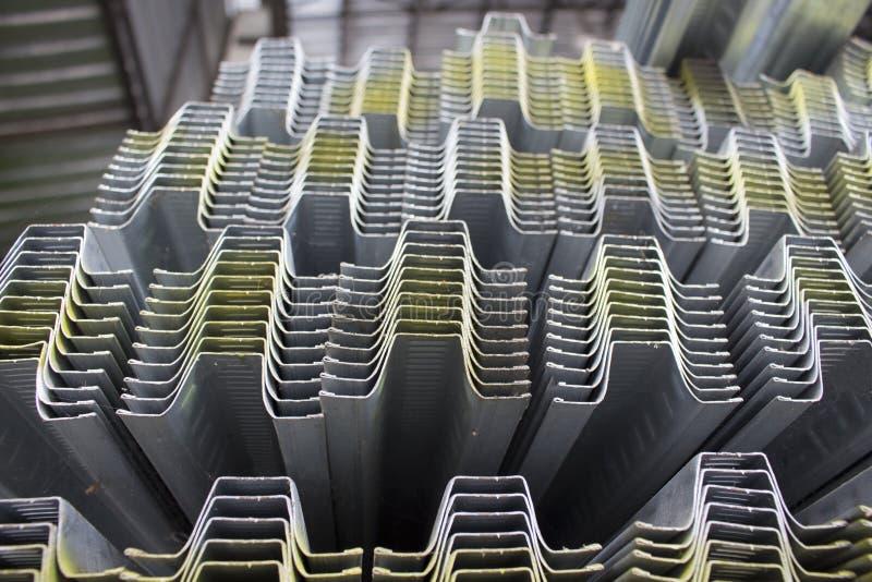 De voorraad van de staalbuis in warehous stock afbeelding